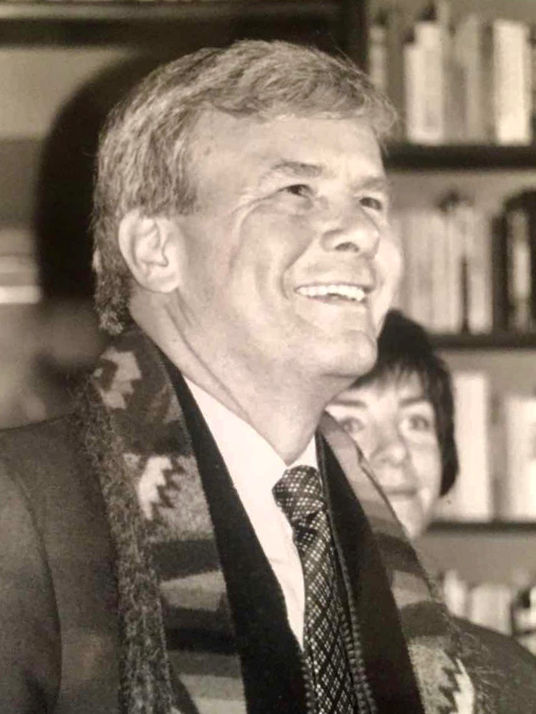 American news anchor Tom Brokaw, visiting The Globe Bookstore in Prague in January 1994.